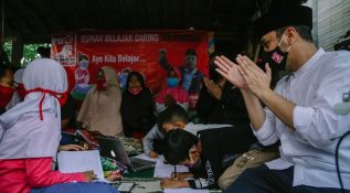 Giring Ganesha Meninjau Fasilitas Wi-Fi Gratis di Kota Tangerang Selatan