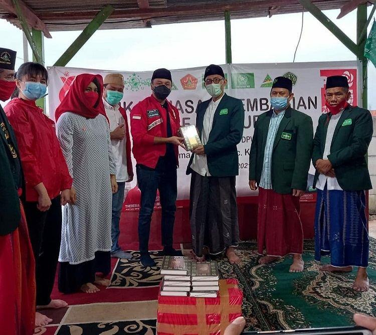 Buka Puasa Bersama NU, PSI Serahkan Wakaf Al-Quran